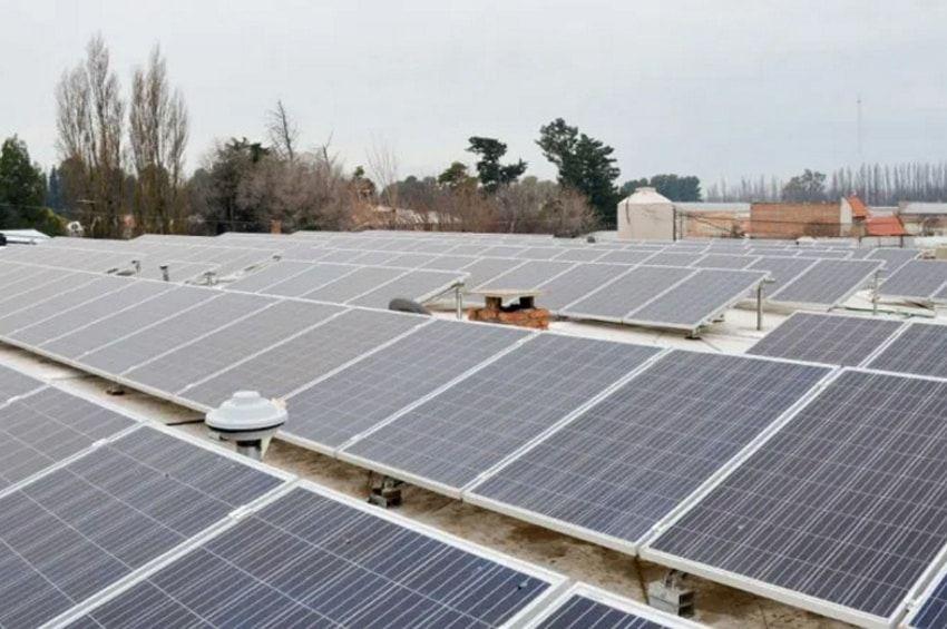 Paneles solares en una sucursal de La Coope en Centenario